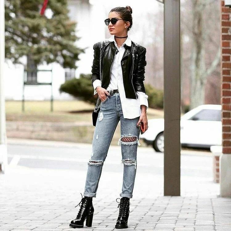 Біла сорочка з шкіряною курткою і рваними джинсами